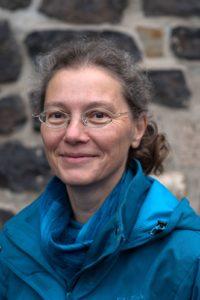 Elisabeth Peters vor dem Bonner Münster